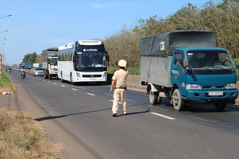 Từ 21-1, CSGT có quyền kiểm soát tất cả xe tải và xe khách - ảnh 1