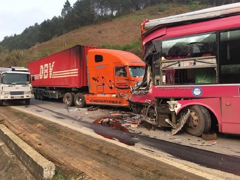 Xe khách bẹp đầu trước container trên quốc lộ - ảnh 1
