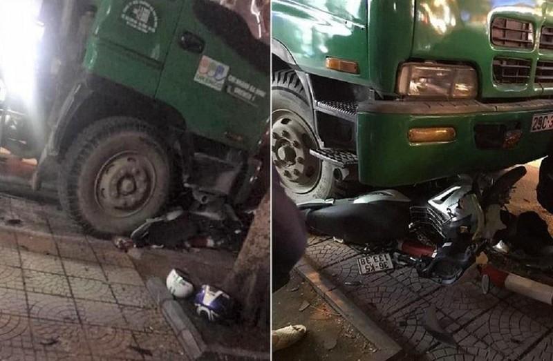 Xe chở rác tông hàng loạt xe, 2 người bị thương nặng - ảnh 1