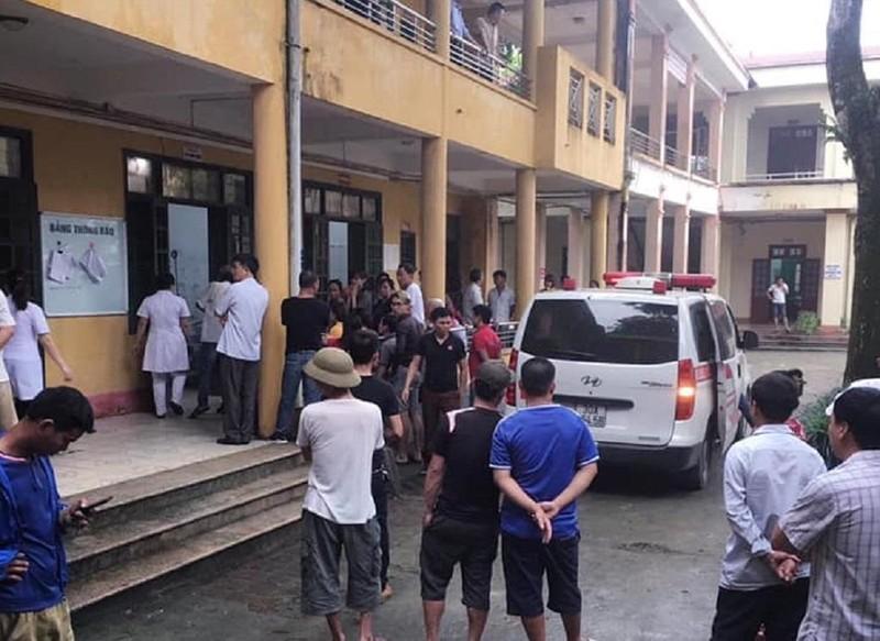 2 học sinh bị cột bê tông 3m ở trường đổ trúng - ảnh 1