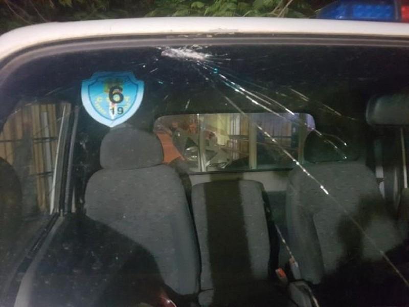 2 thanh niên phê ma túy chọi gạch vào xe CSGT - ảnh 1