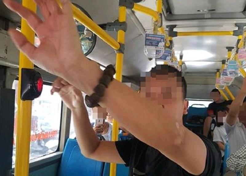 1 thanh niên thủ dâm ngay trên xe buýt đông người - ảnh 1
