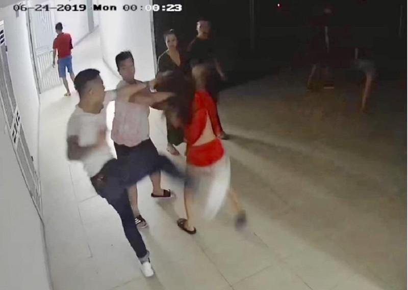 9 thanh niên tìm đến nhà đánh đập một cô gái - ảnh 1
