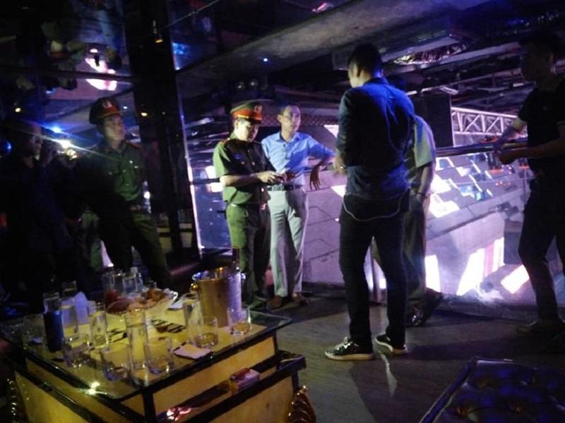 Cảnh sát ập vào quán bar, phát hiện cả kho 'bóng cười' - ảnh 1