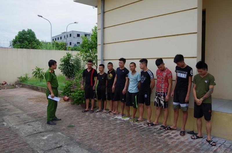 Kéo nhau đi trả thù cho bạn gái, 10 thanh niên bị khởi tố - ảnh 1