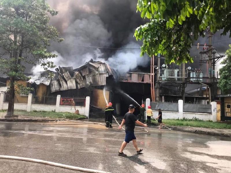 Cháy ngùn ngụt gần siêu thị Aeon Mall Long Biên - ảnh 3