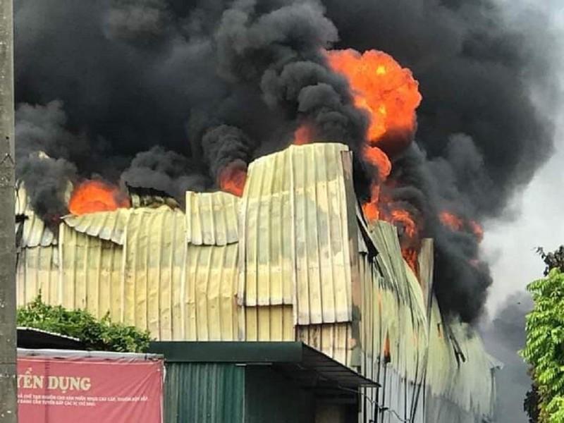 Cháy ngùn ngụt gần siêu thị Aeon Mall Long Biên - ảnh 2