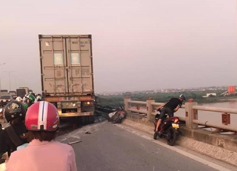 Tai nạn cầu Thanh Trì, nghi container húc rơi người xuống sông - ảnh 2