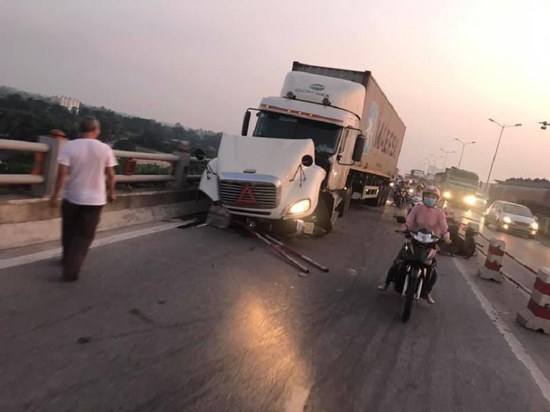 Tai nạn cầu Thanh Trì, nghi container húc rơi người xuống sông - ảnh 1