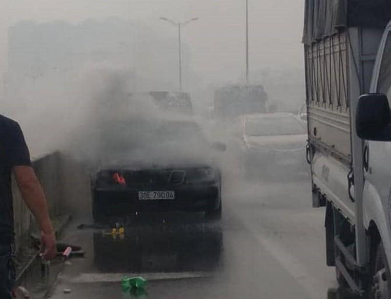 Mercedes bốc cháy ngùn ngụt ở đường trên cao - ảnh 1