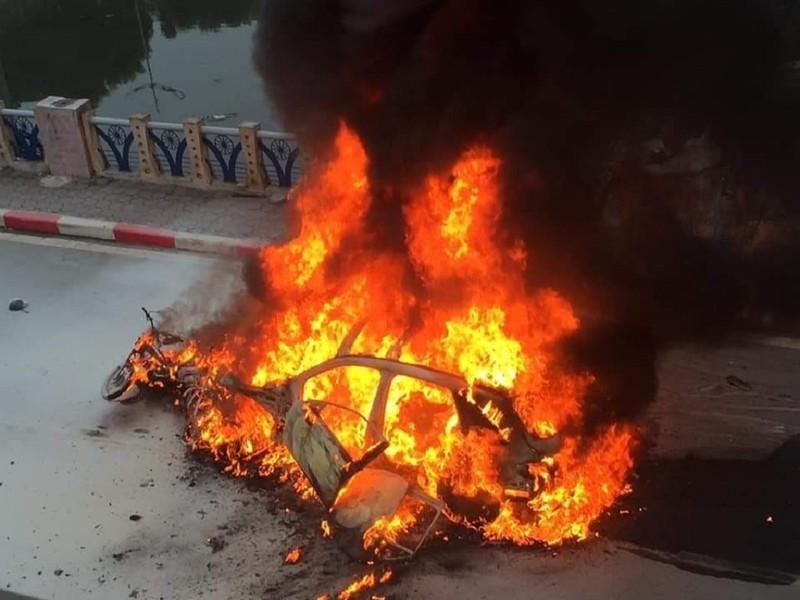 Nữ tài xế lái Mercedes gây tai nạn liên hoàn, xe cháy rụi - ảnh 1