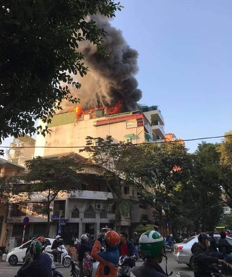 Quán karaoke ở trung tâm Hà Nội cháy lớn - ảnh 1
