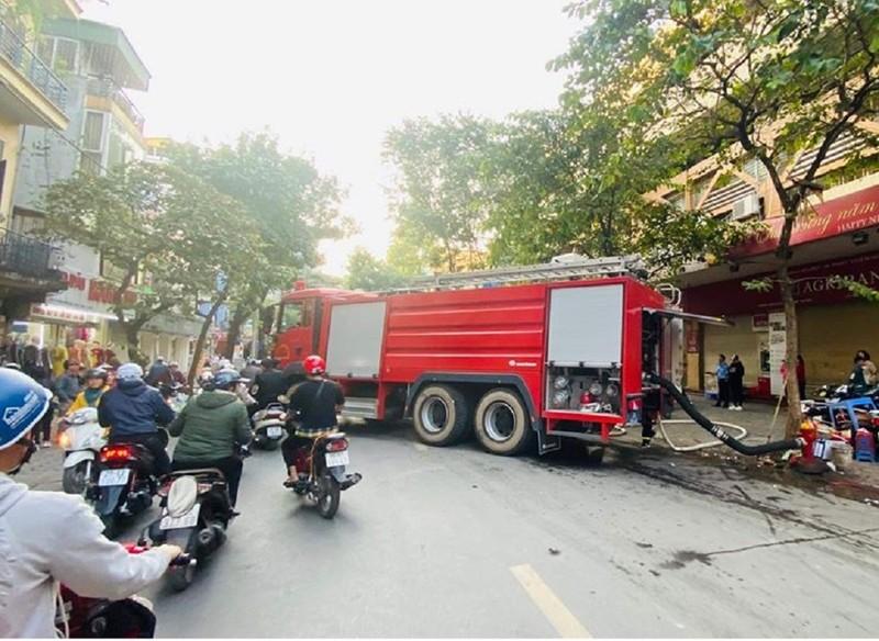 Quán karaoke ở trung tâm Hà Nội cháy lớn - ảnh 2