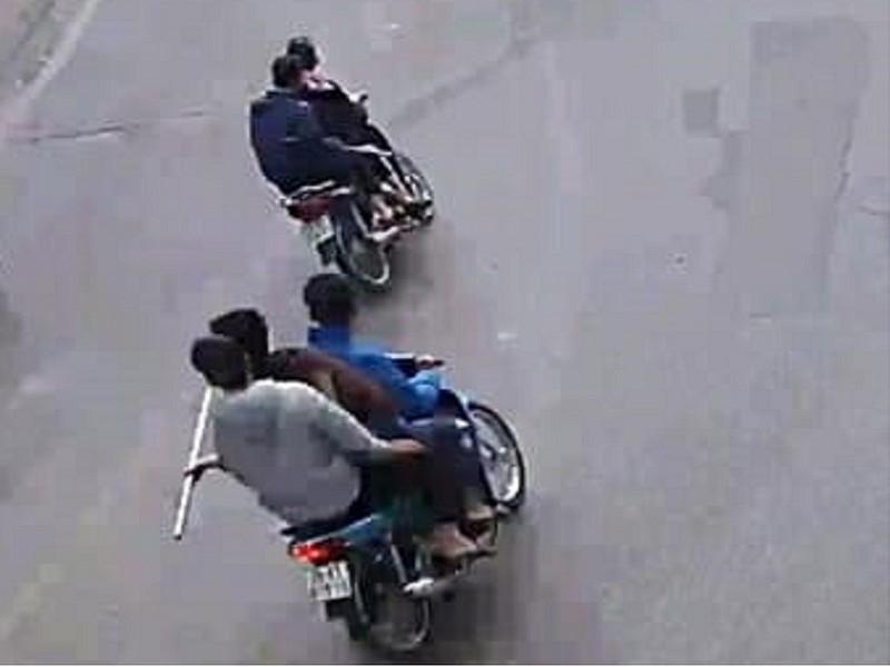 5 thiếu niên cầm dao bầu 'giương oai' trên phố ở Hà Nội - ảnh 1