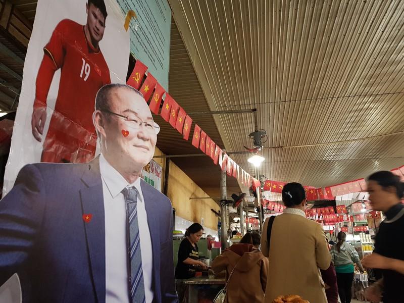 Cư dân góp tiền lắp màn hình Led 'khủng' để xem U-22 Việt Nam - ảnh 8
