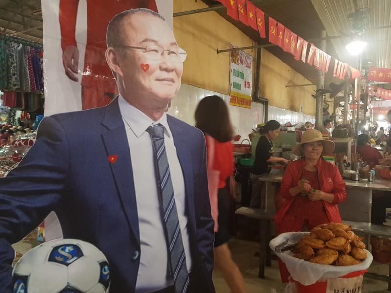 Cư dân góp tiền lắp màn hình Led 'khủng' để xem U-22 Việt Nam - ảnh 7