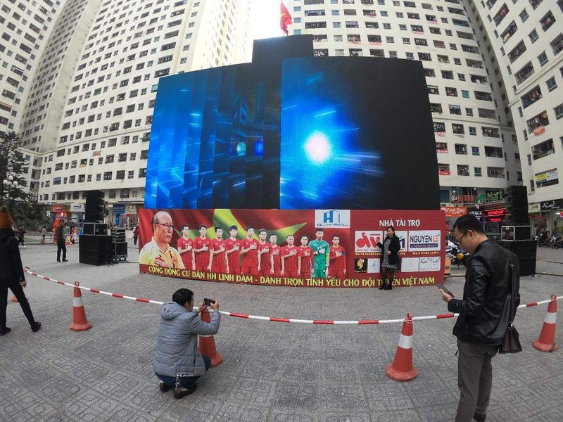 Cư dân góp tiền lắp màn hình Led 'khủng' để xem U-22 Việt Nam - ảnh 5
