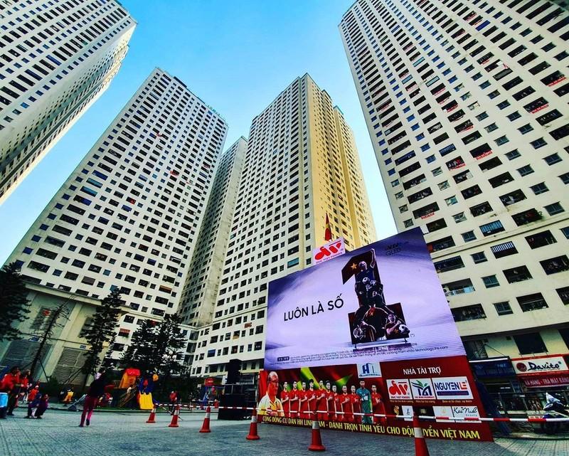 Cư dân góp tiền lắp màn hình Led 'khủng' để xem U-22 Việt Nam - ảnh 1