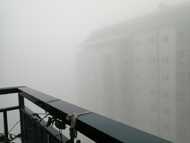 Sương mù dày đặc bất thường ở Hà Nội  - ảnh 1
