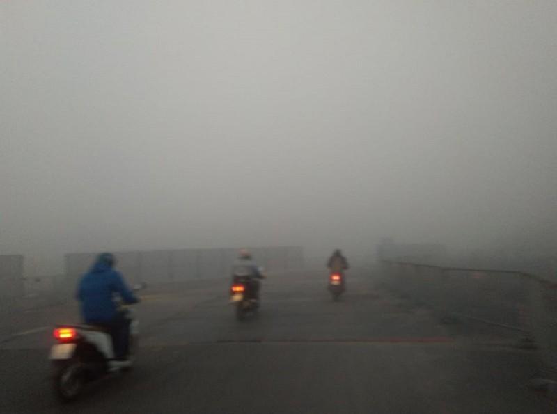 Sương mù dày đặc bất thường ở Hà Nội  - ảnh 3