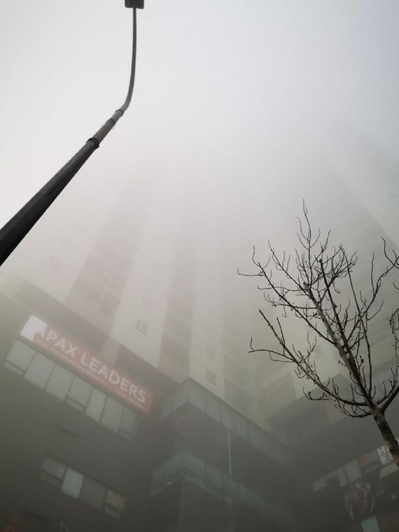 Sương mù dày đặc bất thường ở Hà Nội  - ảnh 4