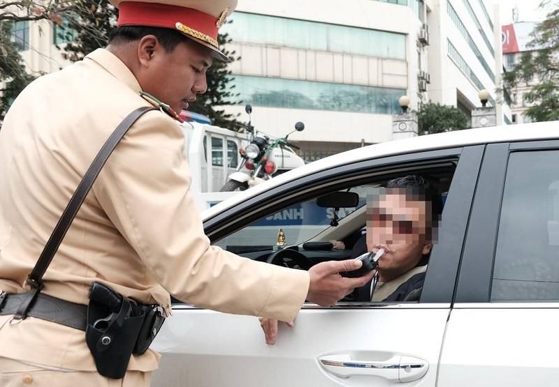 Bị thổi nồng độ cồn, tài xế đòi 'biếu' xe rồi chửi CSGT - ảnh 2