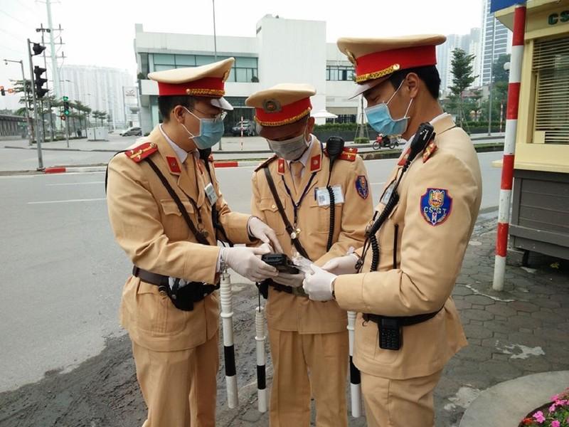 Chùm ảnh CSGT đeo khẩu trang, găng tay kiểm tra nồng độ cồn - ảnh 1