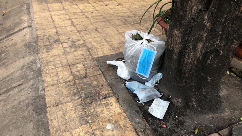 Dịch COVID-19: Bộ Y tế đề nghị phạt nếu vứt khẩu trang bừa bãi - ảnh 1