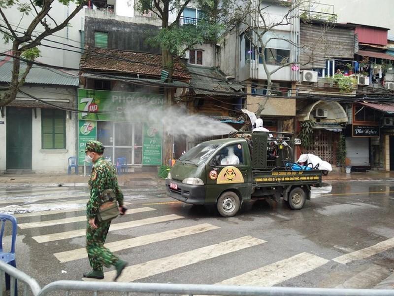 Quân đội phun khử trùng tại nơi có ca nhiễm COVID-19 thứ 17 - ảnh 1