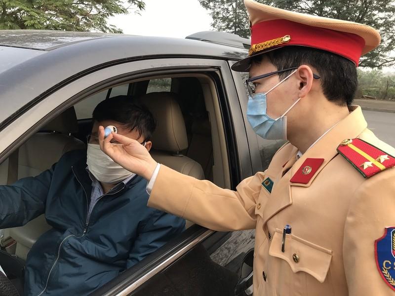 Dân đến Cục CSGT làm việc phải kiểm tra thân nhiệt - ảnh 1