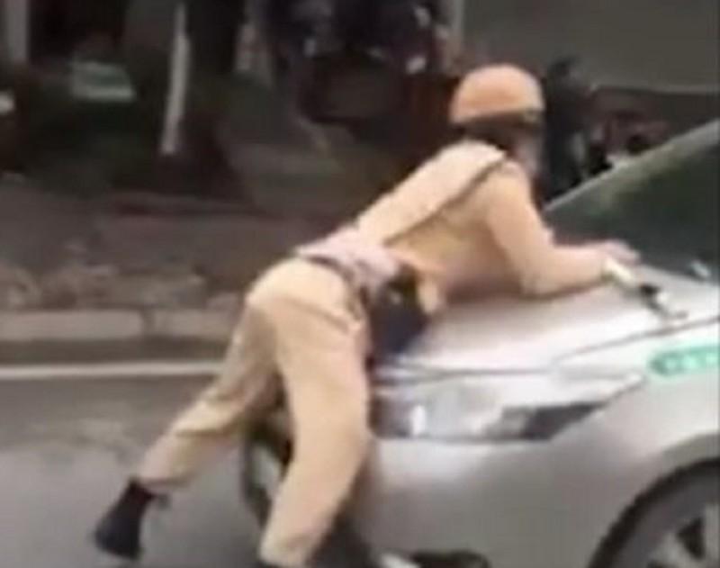 Tài xế taxi tông trung úy CSGT văng lên nắp capo - ảnh 1