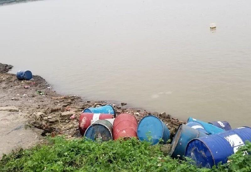 Giám định chất thải trong 14 thùng phuy ngoài sông Hồng - ảnh 1