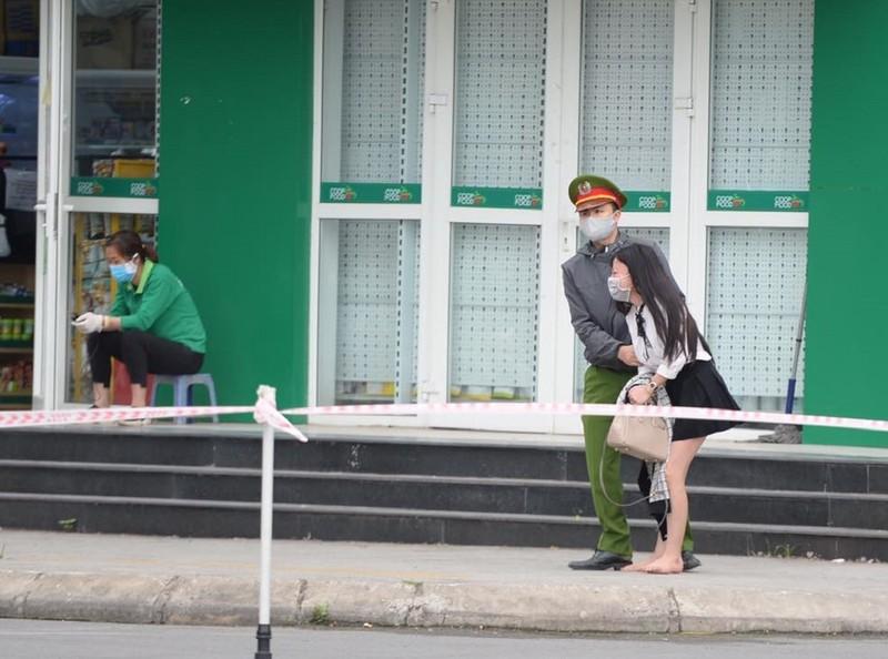 Tòa nhà bị phong tỏa vì COVID-19, cô gái khóc lóc đòi rời khỏi - ảnh 1