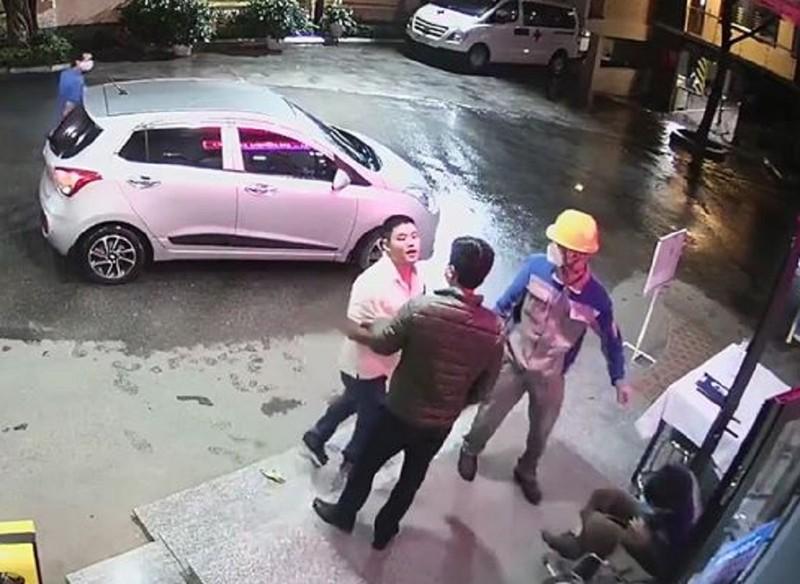 Nhân viên bệnh viện bị hành hung vì nhắc đeo khẩu trang - ảnh 1