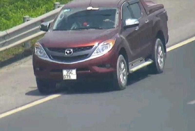 Nam tài xế dừng xe trên cao tốc để… đi vệ sinh - ảnh 1