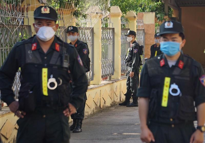 Siết an ninh phiên tòa xử vụ gian lận điểm ở Sơn La - ảnh 4