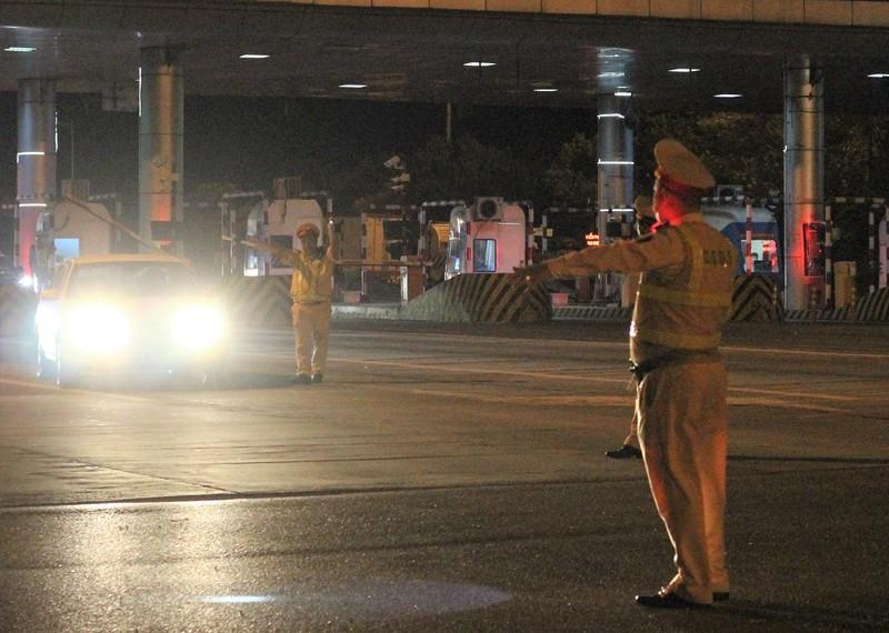 CSGT xuyên đêm kiểm soát phương tiện trên cao tốc - ảnh 2