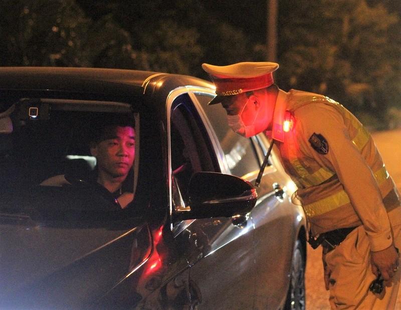 CSGT xuyên đêm kiểm soát phương tiện trên cao tốc - ảnh 4