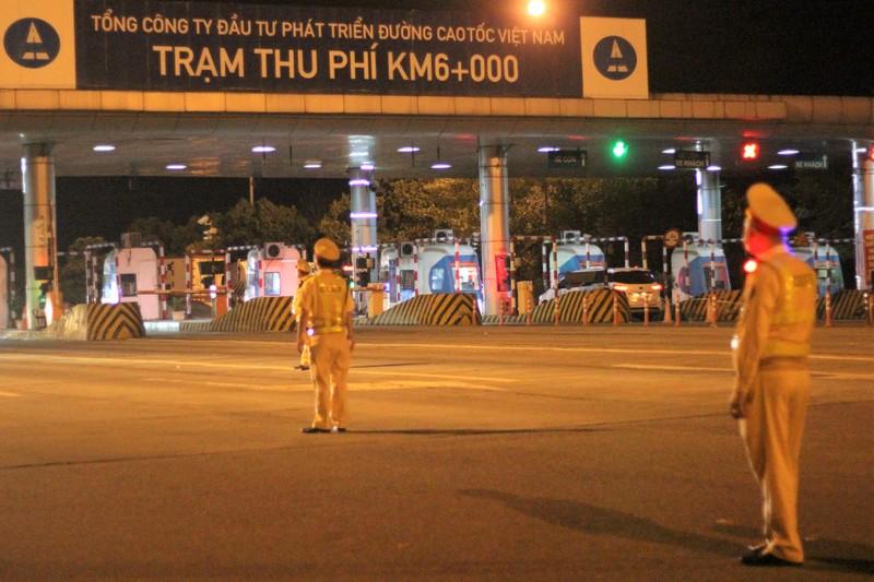 CSGT xuyên đêm kiểm soát phương tiện trên cao tốc - ảnh 1