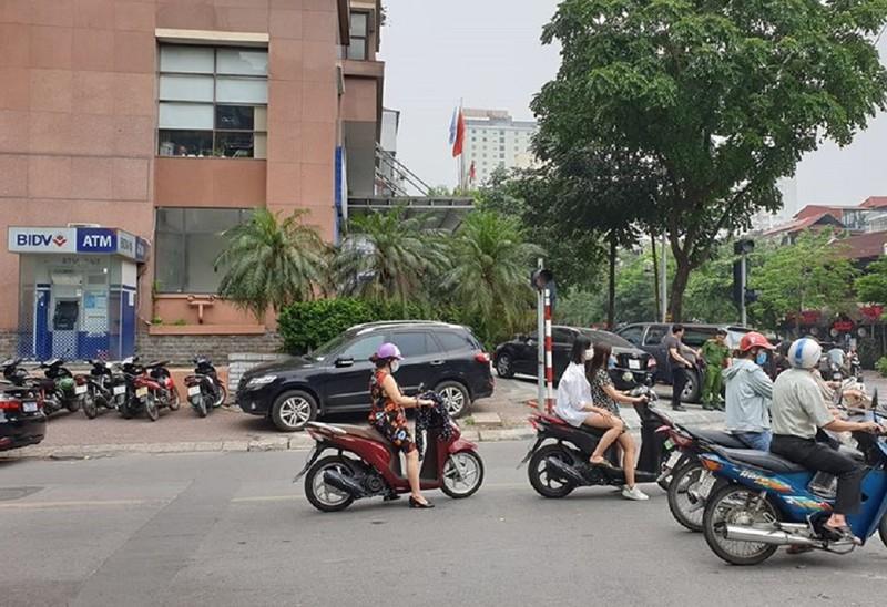 Cướp nổ súng, lấy hàng trăm triệu ở ngân hàng BIDV tại Hà Nội - ảnh 1