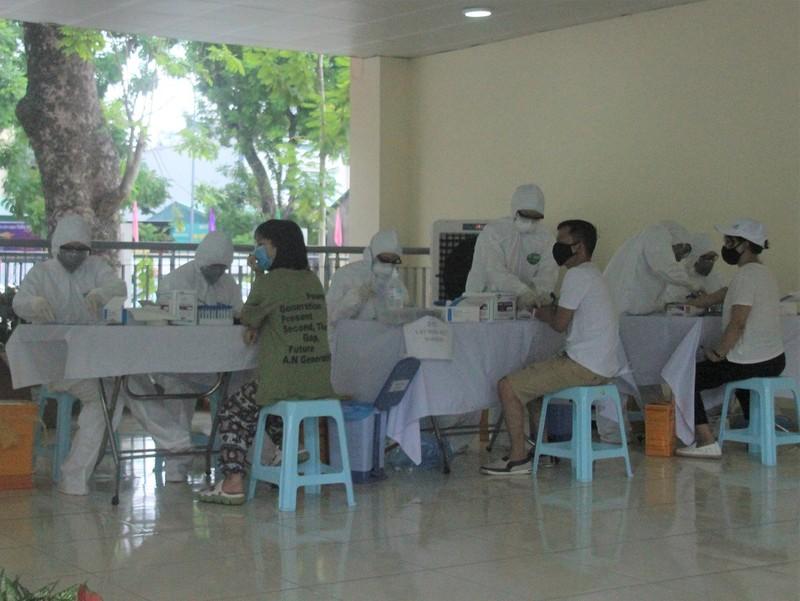 Người Hà Nội về từ Đà Nẵng giục nhau đi test nhanh COVID-19 - ảnh 4