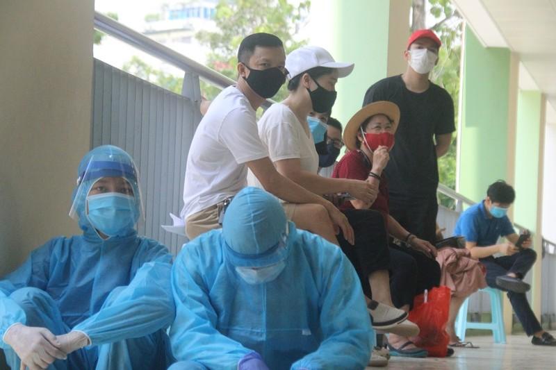 Người Hà Nội về từ Đà Nẵng giục nhau đi test nhanh COVID-19 - ảnh 11