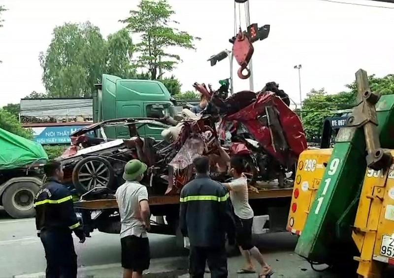 Ô tô con bị kẹp nát giữa 2 xe đầu kéo, 3 người chết - ảnh 2