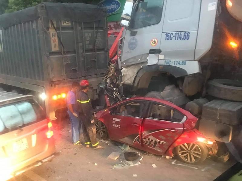 Ô tô con bị kẹp nát giữa 2 xe đầu kéo, 3 người chết - ảnh 1