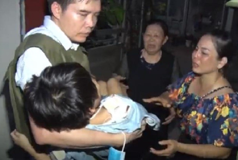 Bắt giam kẻ bạo hành con gái 6 tuổi đến gãy tay - ảnh 1