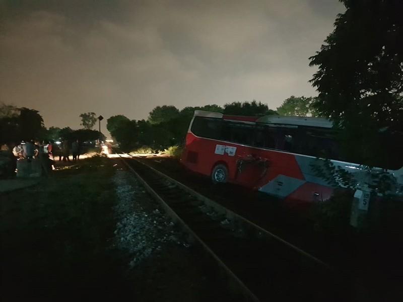 Tàu hỏa tông xe chở 40 học sinh, nhiều em bị thương - ảnh 1