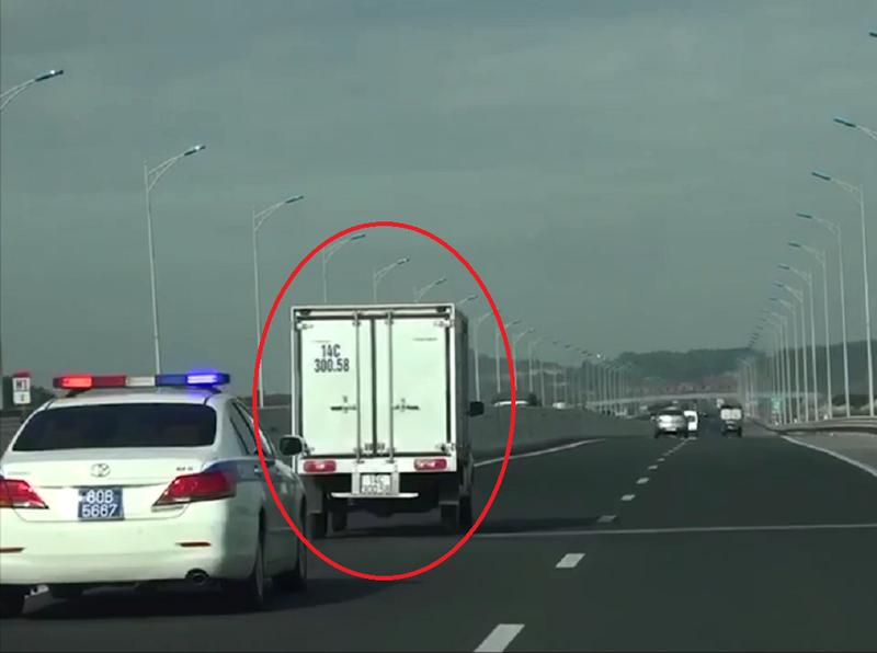Xe của Cục CSGT liên tục hú còi, tài xế xe tải vẫn mặc kệ - ảnh 1