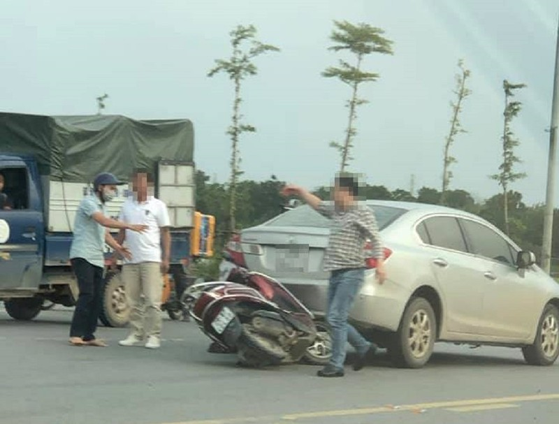 Lùi ô tô tông người, tài xế còn chỉ vào mặt người bị nạn - ảnh 1