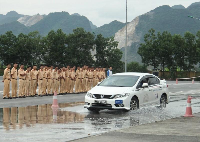 Ngắm kỹ năng lái xe điêu luyện của CSGT dẫn đoàn - ảnh 4