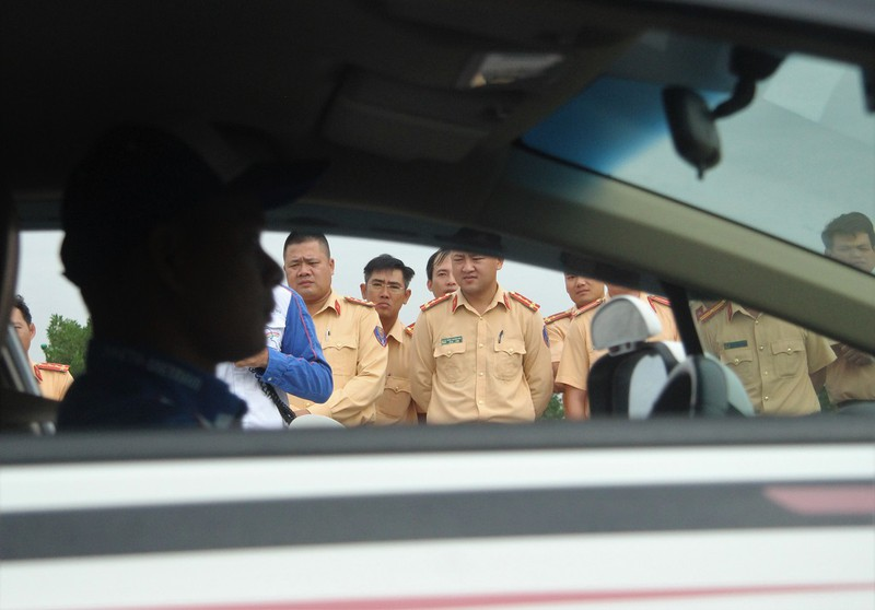 Ngắm kỹ năng lái xe điêu luyện của CSGT dẫn đoàn - ảnh 2
